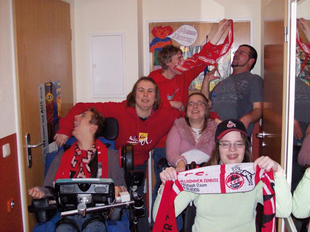 behinderte FC Fans beim schauen eines Fussballspiels