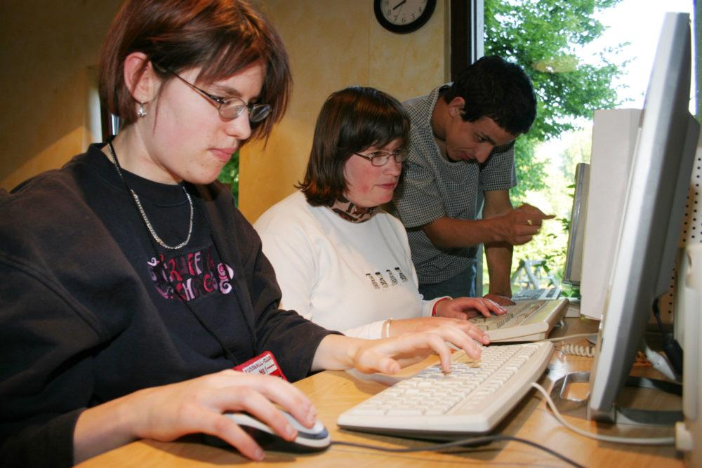 behinderte Jugendliche am Computer