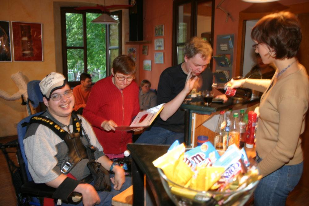 Behinderte und nichtbehinderte Menschen verbringen Zeit miteinander