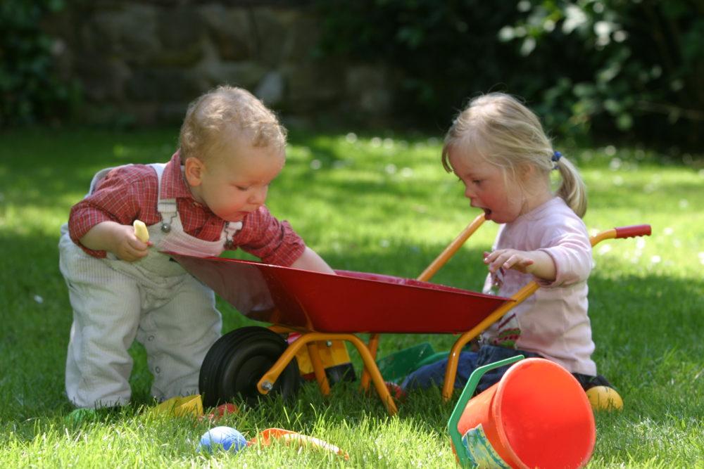 Zwei kleine Kinder spielen miteinander