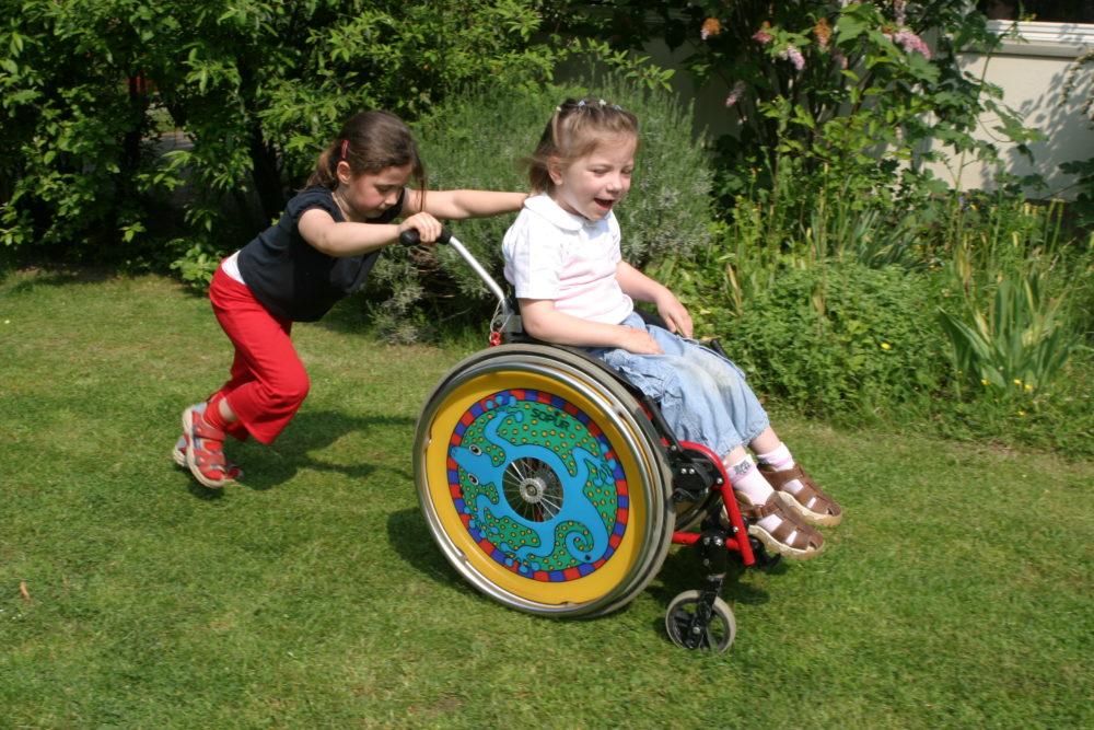 behindertes und nicht behindertes Kind spielen miteinander