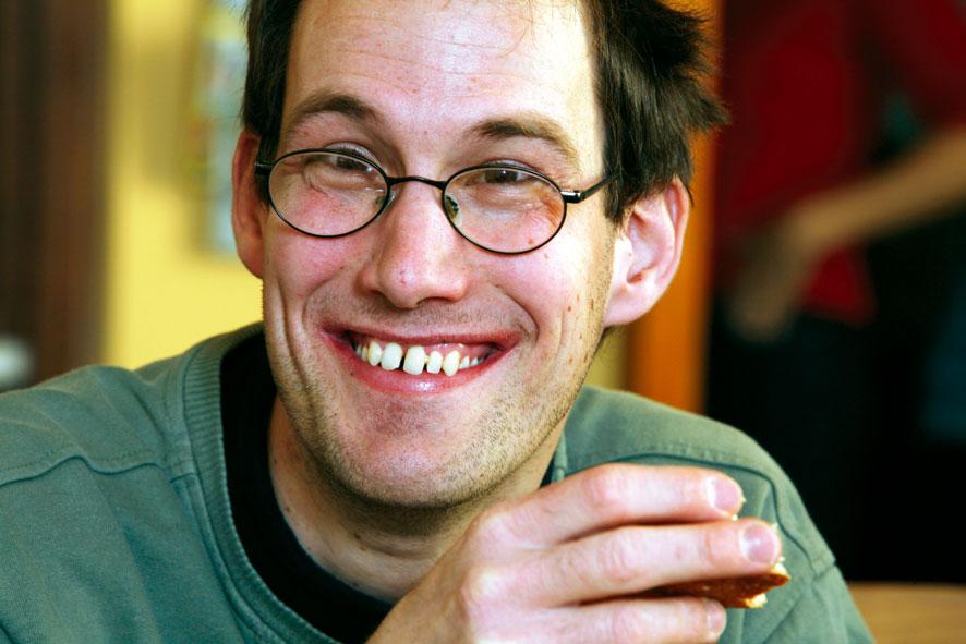 behinderter Mann lächelt