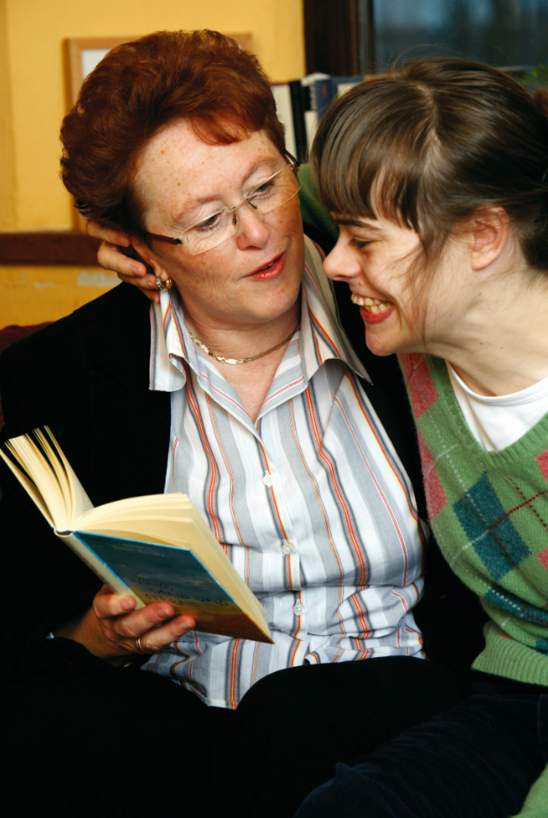 Inklusion in einer Wohngemeinschaft: behinderten und nichtbehinderten Menschen leben miteinander